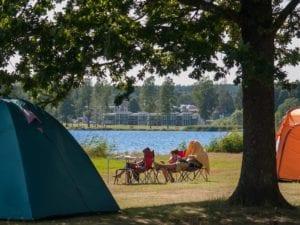 Vy över campinggäster och tält på Hultsfreds Strandcamping