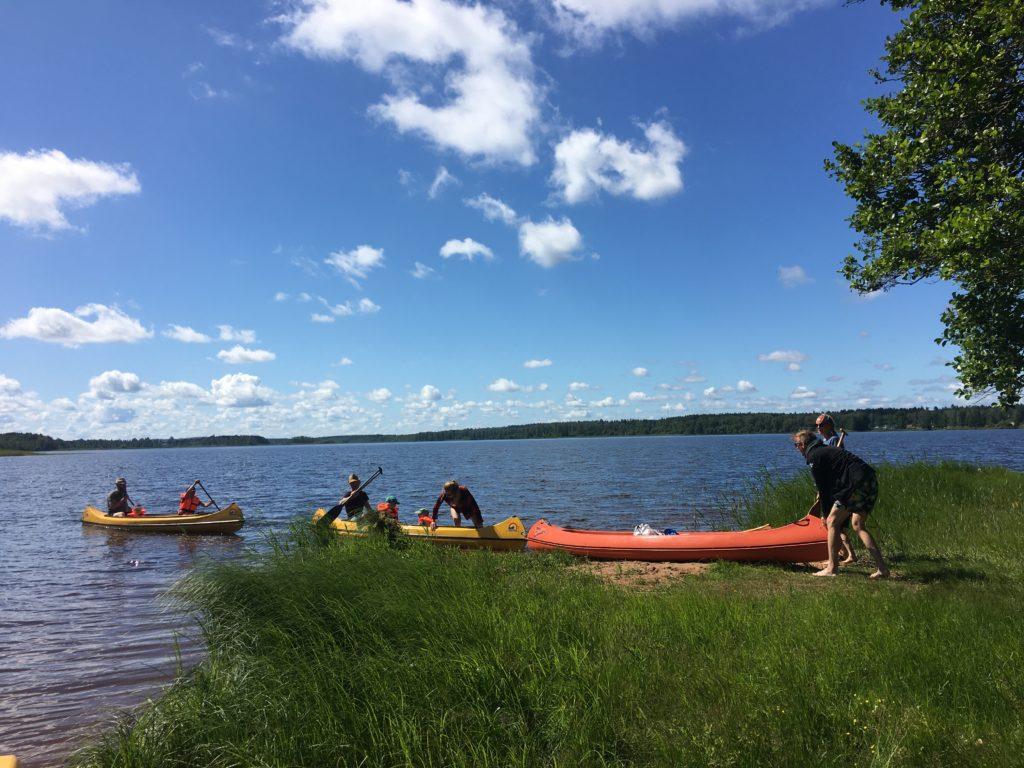 Три байдарки з родиною на виході над сонячним озером