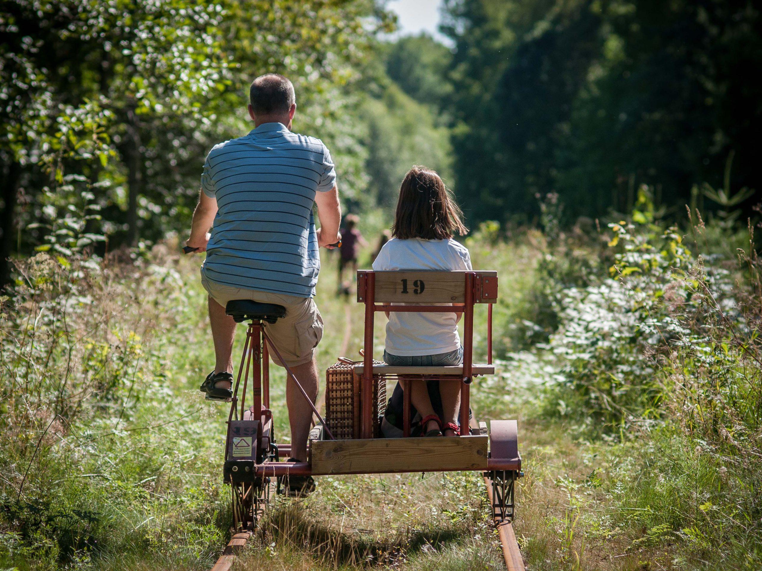 Familj cyklar dressin på smalspåret