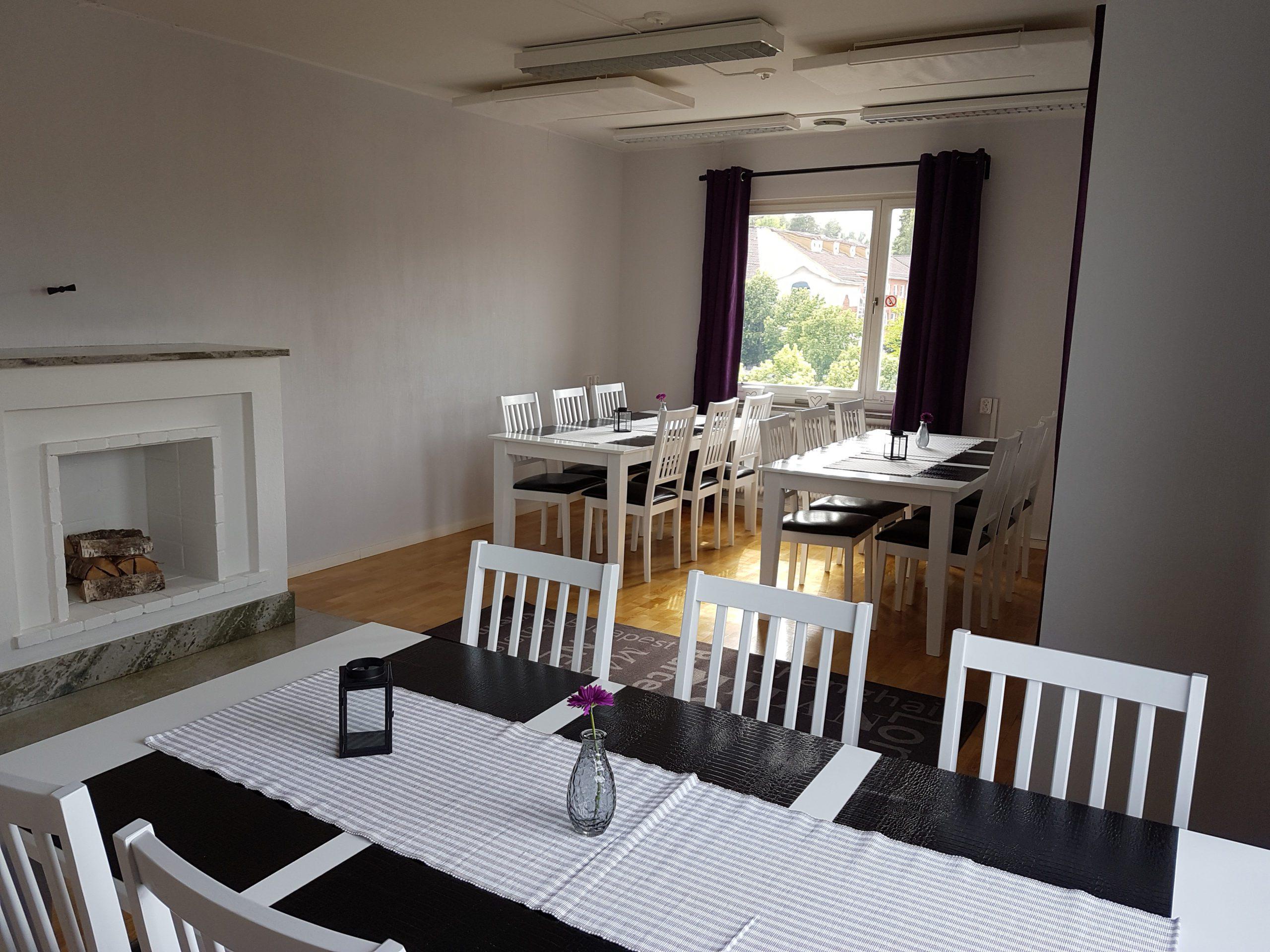 Matsal med vita stolar och bord