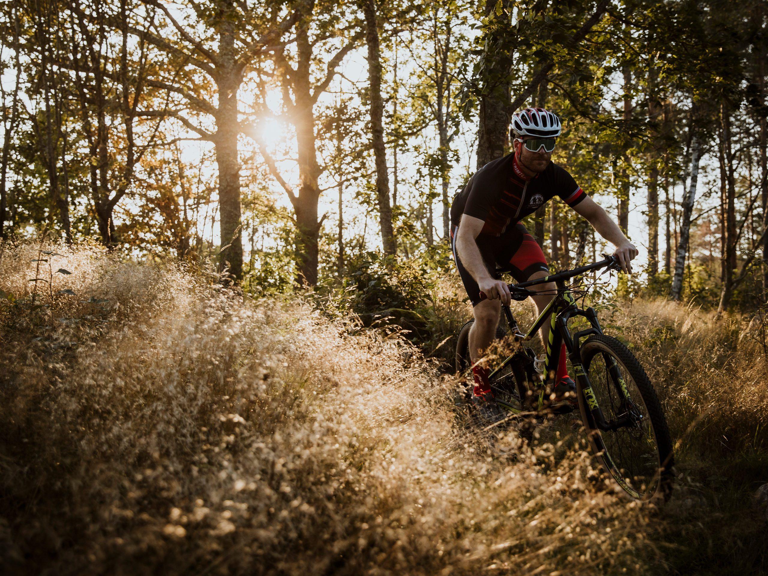 En man cyklar på en MTB-cykel nerför Dackestupet
