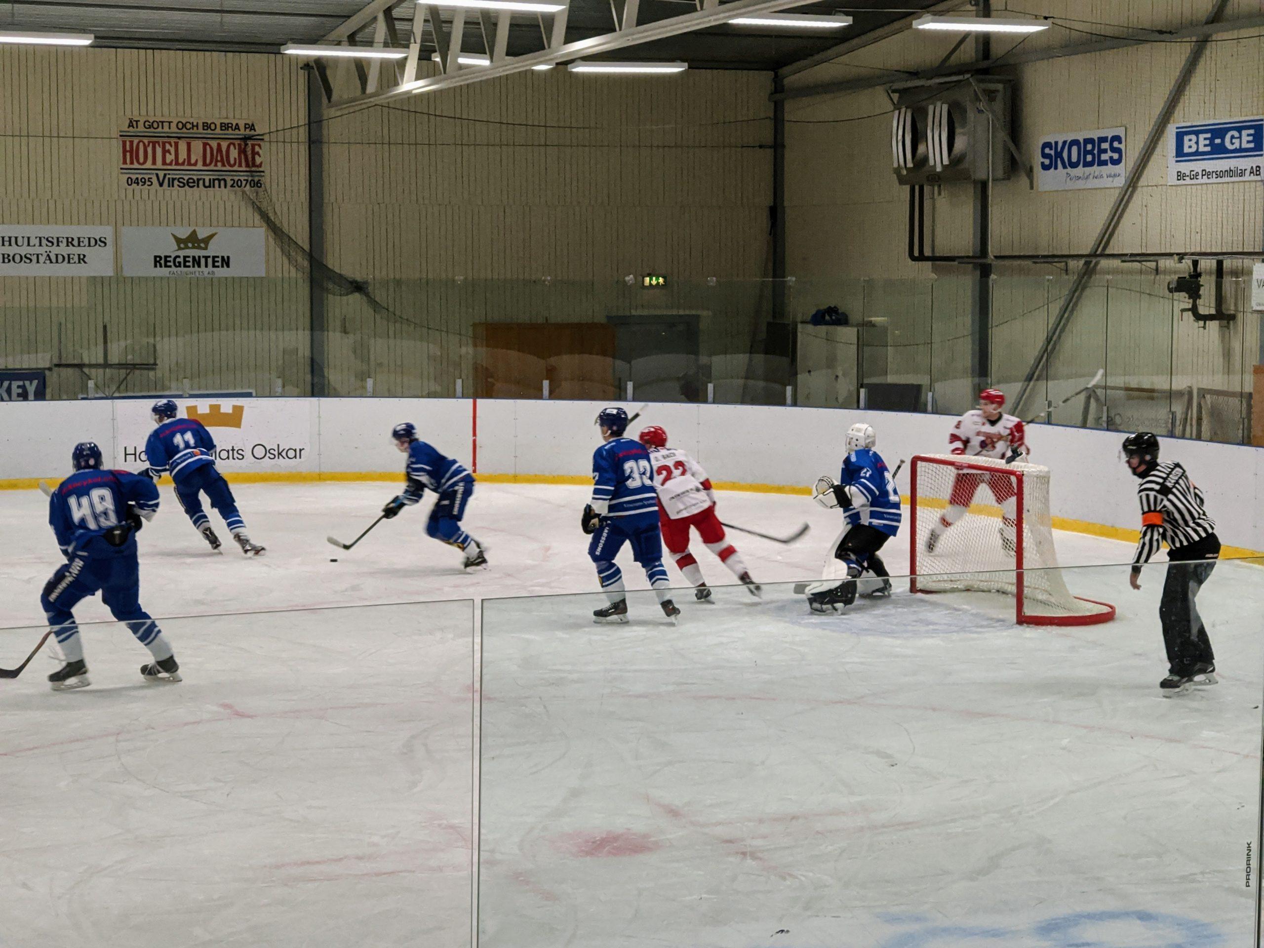 Vy över en hockeyrink med pågående hockeymatch