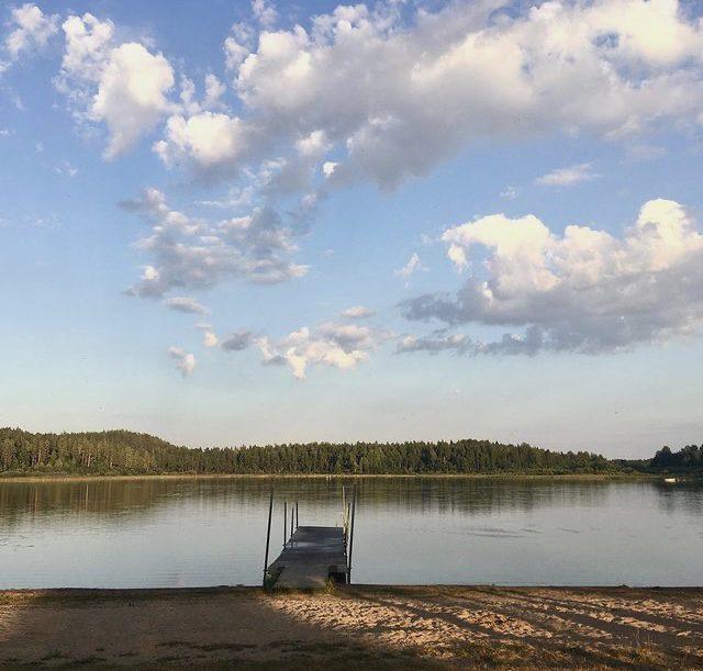 Badbrygga i en sjö