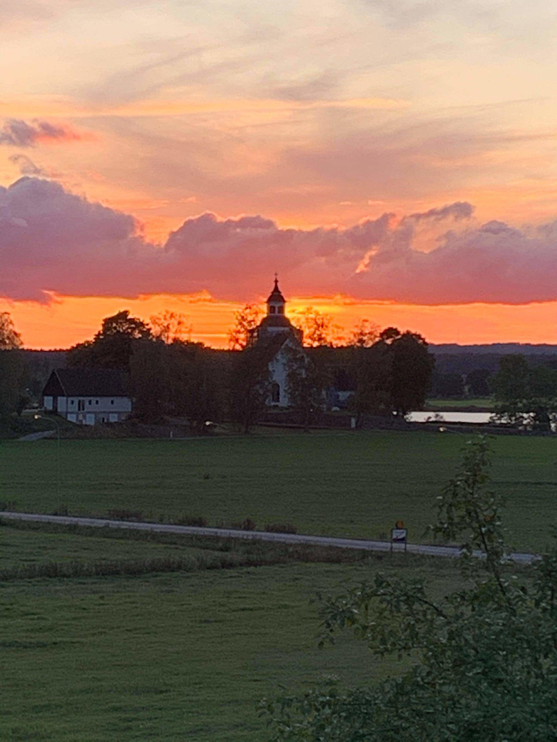 Solnedgång bakom Järnforsens kyrka