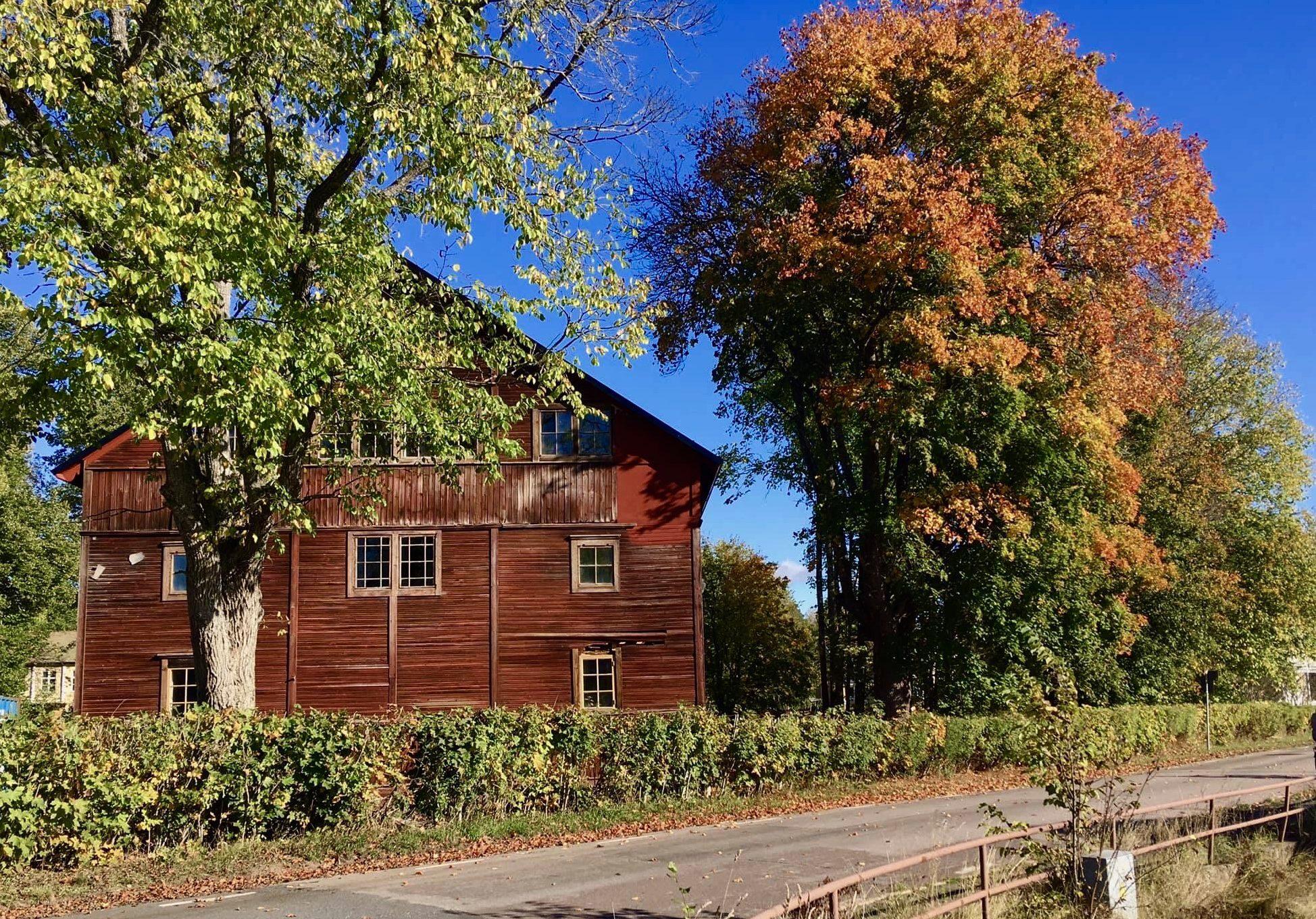 Rosenfors herrgård med röda höstlöv