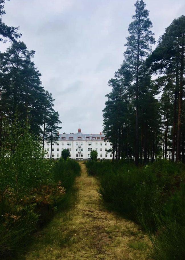 Stig framför Målilla sanatorium