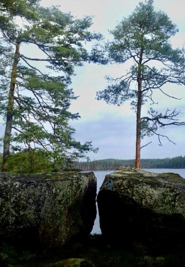 Glugg mellan bergstenar vid sjö