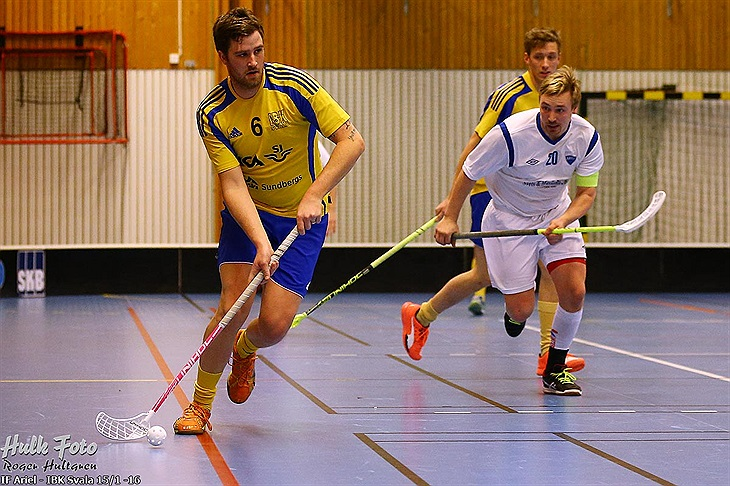 Dua pemain floorball di lapangan floorball