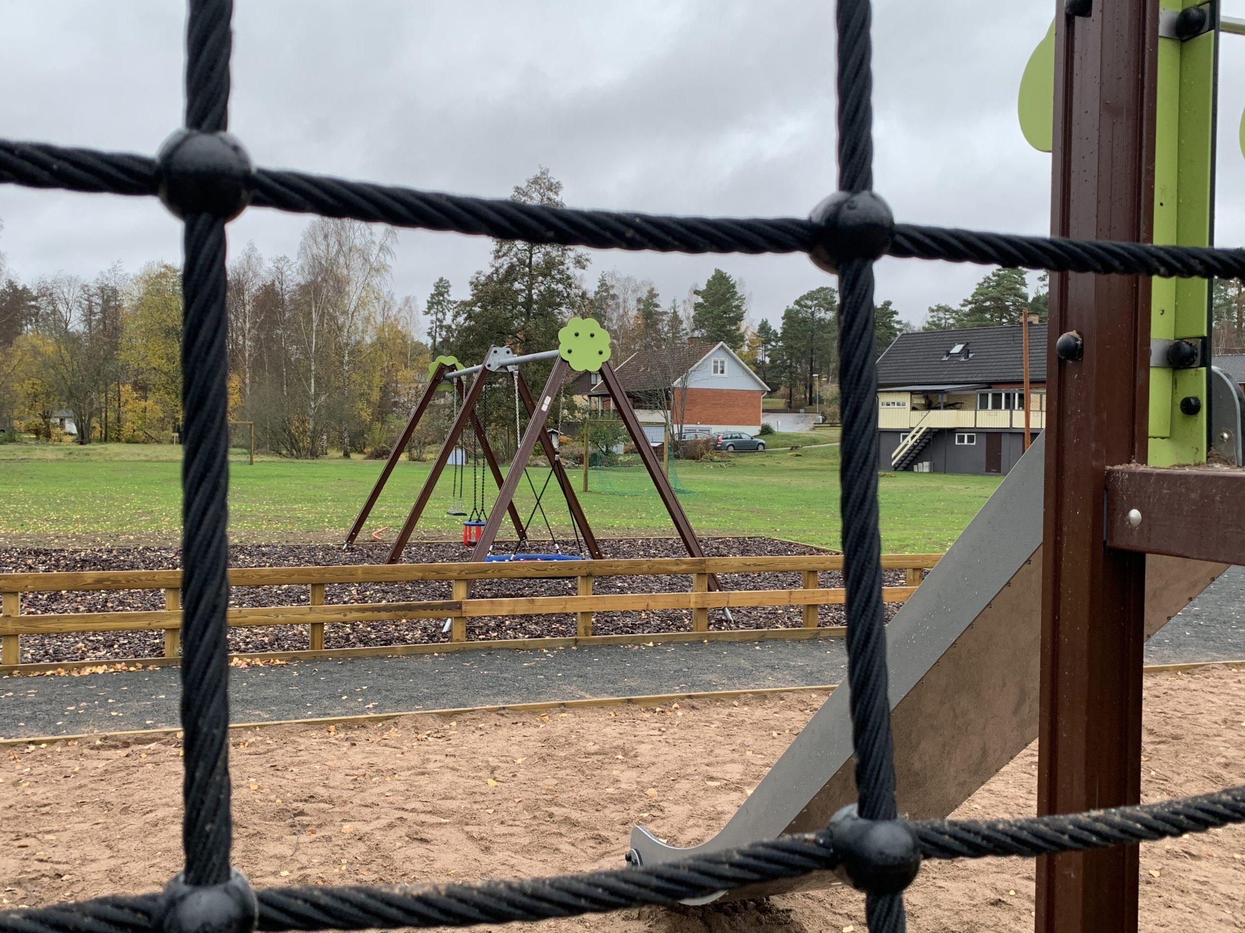 Vy över Mörlundas lekplats med gungor