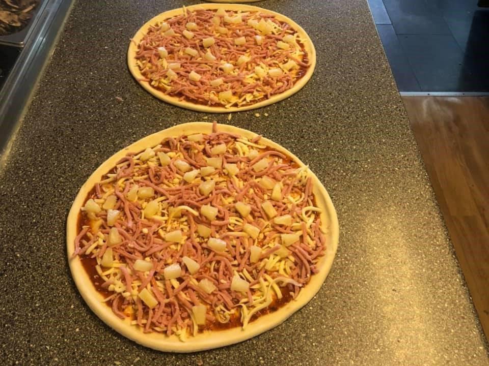 Две хавајске пице у пицерији Цхарлие