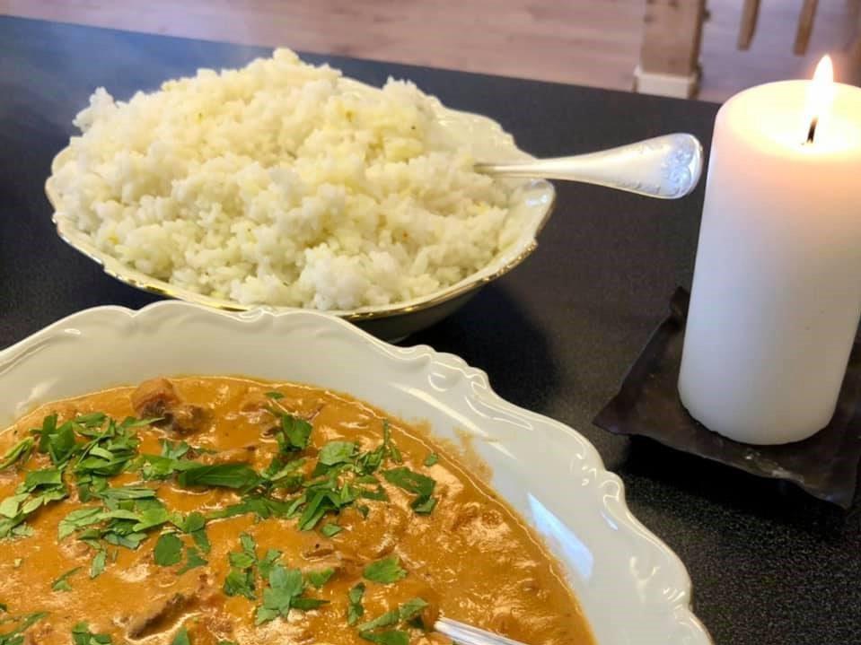 En skål med en kycklingryta och en skål med ris på Hos Annika